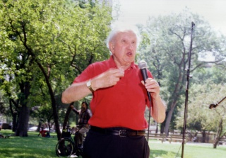 Studs Terkel, speaking at the 1997 Bughouse Square debates. Photo credit: Mote H. Gerlach.